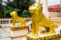 Lejonstaty framme av kyrkan Royaltyfria Bilder