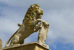 Lejonstaty med vapenskölden royaltyfri bild