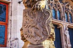 Lejonstaty med vapensköldskölden Arkivfoto