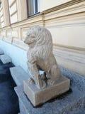 lejonstaty nära byggnaden royaltyfria foton