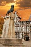 Lejonstaty och gammalt timrat hus i Braunschweig Arkivfoton