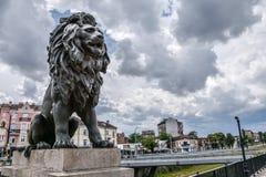 Lejonstaty på bron för lejon` s i Sofia, Bulgarien arkivbilder