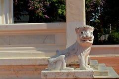Lejonstaty på den Mahachai templet i Mahasarakham av Thailand Arkivbilder