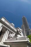 Lejonstaty på det New York offentliga biblioteket Arkivbild