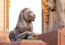 Lejonstaty på Somoni dushanbe tajikistan Fotografering för Bildbyråer