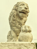 Lejonstatyn på den västra banken av den Yelagin ön Arkivfoto
