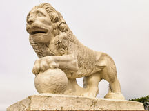 Lejonstatyn på den västra banken av den Yelagin ön Arkivbilder