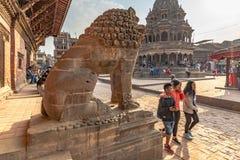 Lejonvakt och en hinduisttempel royaltyfri foto