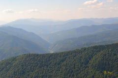 Lejos sobre las montañas brumosas fotos de archivo libres de regalías