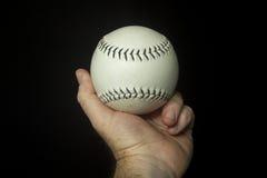 Lek använd vit softball i hand Arkivbild