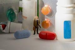 Lek apteka i stary mężczyzna czerwone błękitny pigułki Stary człowiek robi zakupy dla medycznych leków Zdjęcie Royalty Free
