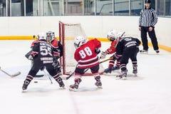 Lek av barnishockeylag Fotografering för Bildbyråer