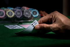 Lek av blackjacken på en kasino med chiper på en grön blackjack ta Arkivbilder