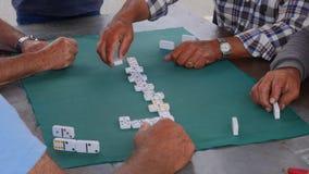 Lek av dominobricka` s som spelas av män lager videofilmer