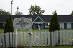 Lek av gräsmattabunkar - klubba för Oakville gräsmattabowling Fotografering för Bildbyråer