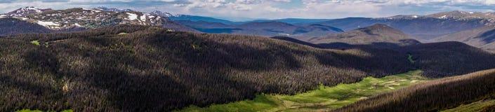 Lek av ljust och skuggar Pittoresk bergdal i Rocky Mountains, Colorado Royaltyfria Foton