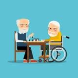 Lek av schacket Två gamala män som spelar schack Arkivfoto