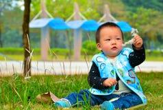 Lek bara behandla som ett barn (Asien, Kina, kines) Arkivfoto