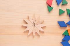 Lek för barn` s med kulöra träkvarter Dra en modell Royaltyfri Bild