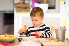 Lek för barn` som s drar Fotografering för Bildbyråer