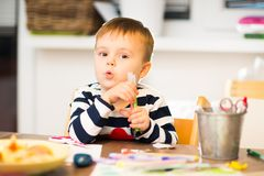 Lek för barn` som s drar Royaltyfri Bild