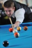 Lek för billiard för ungt manspelrum pro Royaltyfria Foton
