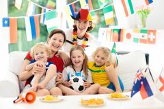 Lek för fanklockafotboll Hållande ögonen på fotboll för familj royaltyfria foton