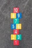 Lek för hoppa hagetappninggata för barn Arkivfoto