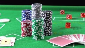 Lek för kortlek i en kasino Modig tabell för poker Begrepp av dobblerit, risken, lycka, segern, gyckel och underhållning Prores 4 lager videofilmer