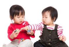 Lek för liten syster tillsammans Arkivfoton
