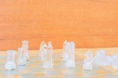 Lek för schackexponeringsglas ombord På framgång för affär för konkurrens för begrepp för tappningen trägolvbakgrund Arkivbild
