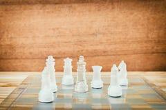Lek för schackexponeringsglas ombord På framgång för affär för konkurrens för begrepp för tappningen trägolvbakgrund Royaltyfri Foto