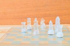 Lek för schackexponeringsglas ombord På framgång för affär för konkurrens för begrepp för tappningen trägolvbakgrund Royaltyfri Bild