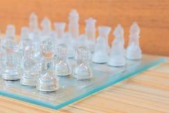 Lek för schackexponeringsglas ombord På framgång för affär för konkurrens för begrepp för tappningen trägolvbakgrund med kopierin Royaltyfria Foton