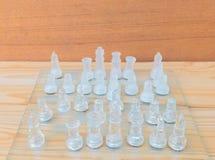 Lek för schackexponeringsglas ombord På framgång för affär för konkurrens för begrepp för tappningen trägolvbakgrund med kopierin Royaltyfria Bilder