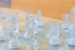 Lek för schackexponeringsglas ombord På framgång för affär för konkurrens för begrepp för tappningen trägolvbakgrund med kopierin Arkivfoto