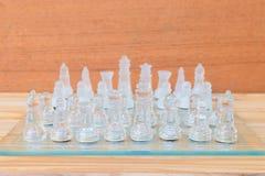 Lek för schackexponeringsglas ombord På framgång för affär för konkurrens för begrepp för tappningen trägolvbakgrund med kopierin Arkivbild