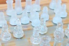 Lek för schackexponeringsglas ombord På framgång för affär för konkurrens för begrepp för tappningen trägolvbakgrund med kopierin Royaltyfri Foto