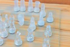 Lek för schackexponeringsglas ombord På framgång för affär för konkurrens för begrepp för tappningen trägolvbakgrund med kopierin Royaltyfri Bild