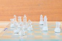 Lek för schackexponeringsglas ombord På framgång för affär för konkurrens för begrepp för tappningen trägolvbakgrund med kopierin Arkivbilder