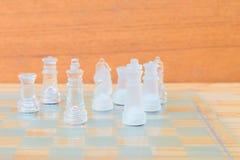Lek för schackexponeringsglas ombord På framgång för affär för konkurrens för begrepp för tappningen trägolvbakgrund med kopierin Royaltyfri Fotografi