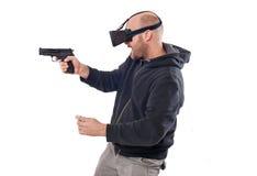 Lek för skytt för manlek VR med virtuell verklighetvapen- och vrexponeringsglas Arkivfoto