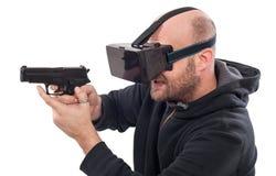 Lek för skytt för manlek VR med virtuell verklighetvapen- och vrexponeringsglas Arkivbilder