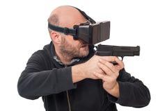 Lek för skytt för manlek VR med virtuell verklighetvapen- och vrexponeringsglas Arkivbild