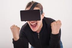 Lek för skytt för kvinnalek VR med virtuell verklighetexponeringsglas Royaltyfri Foto