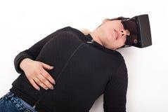 Lek för skytt för kvinnalek VR med virtuell verklighetexponeringsglas Royaltyfri Fotografi