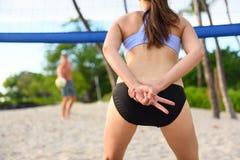 Lek för tecken för hand för spelare för kvinna för strandvolleyboll fotografering för bildbyråer
