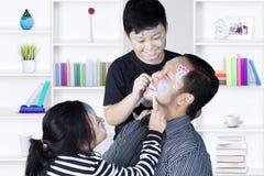 Lek för två barn med den hemmastadda färgpennan Royaltyfri Bild