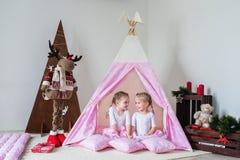 Lek för två små flickor i en tipi Arkivbilder