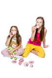 Lek för två små flickor som dricker te royaltyfri bild
